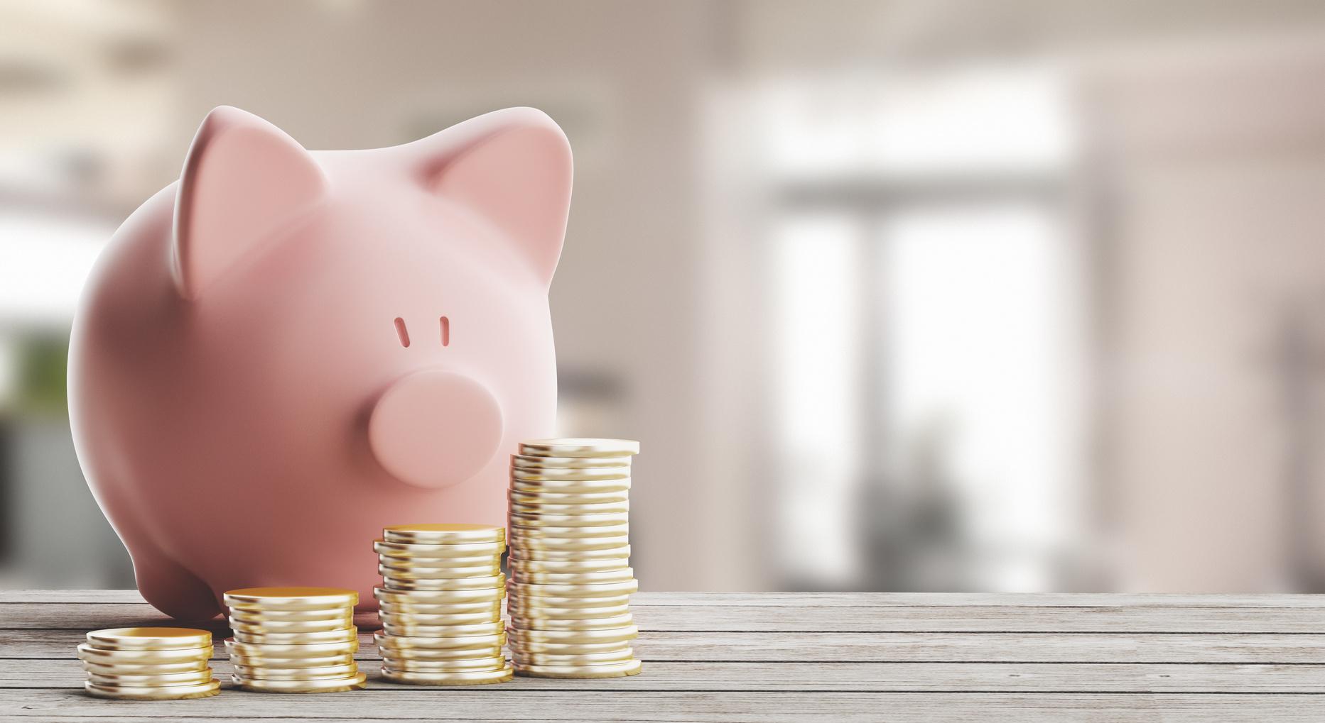 Tirelire cochon et pièces de monnaie