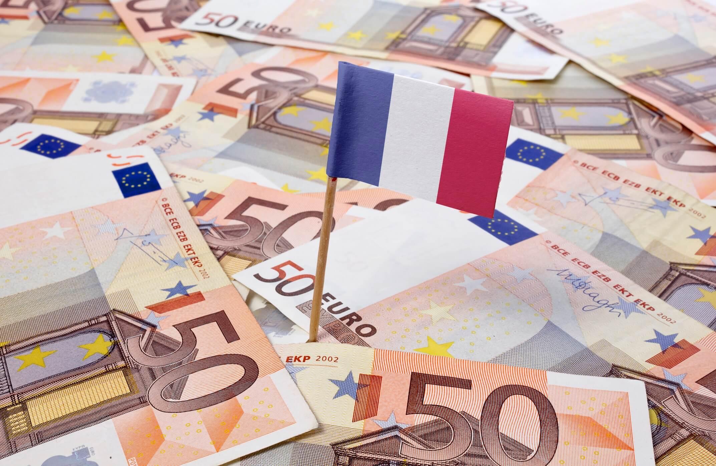 Drapeau français sur un tas de billets de 50 euros