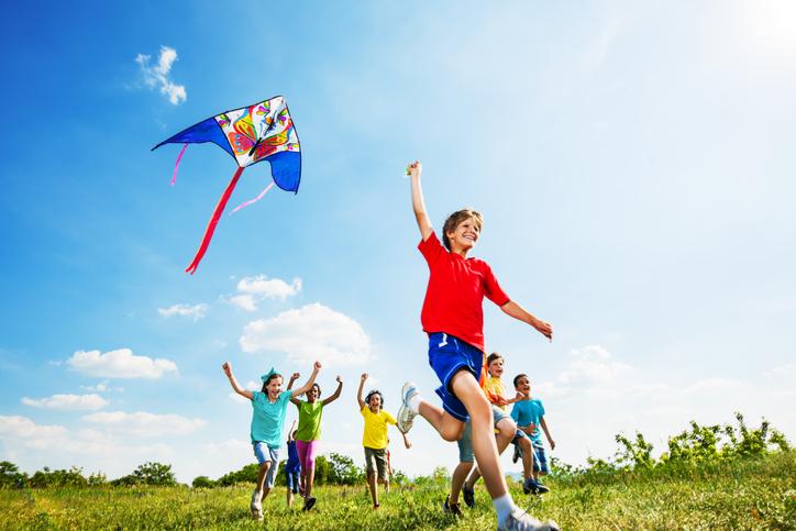 Enfants joyeux jouant avec un cerf-volant