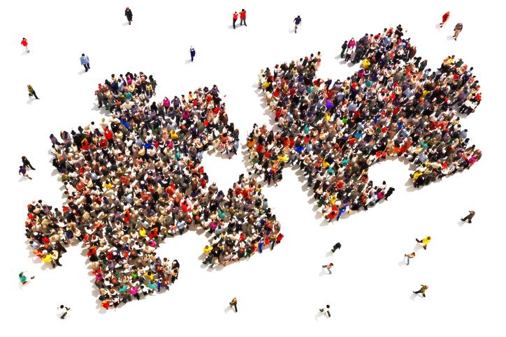 Foule de personnes formant deux pièces d'un puzzle