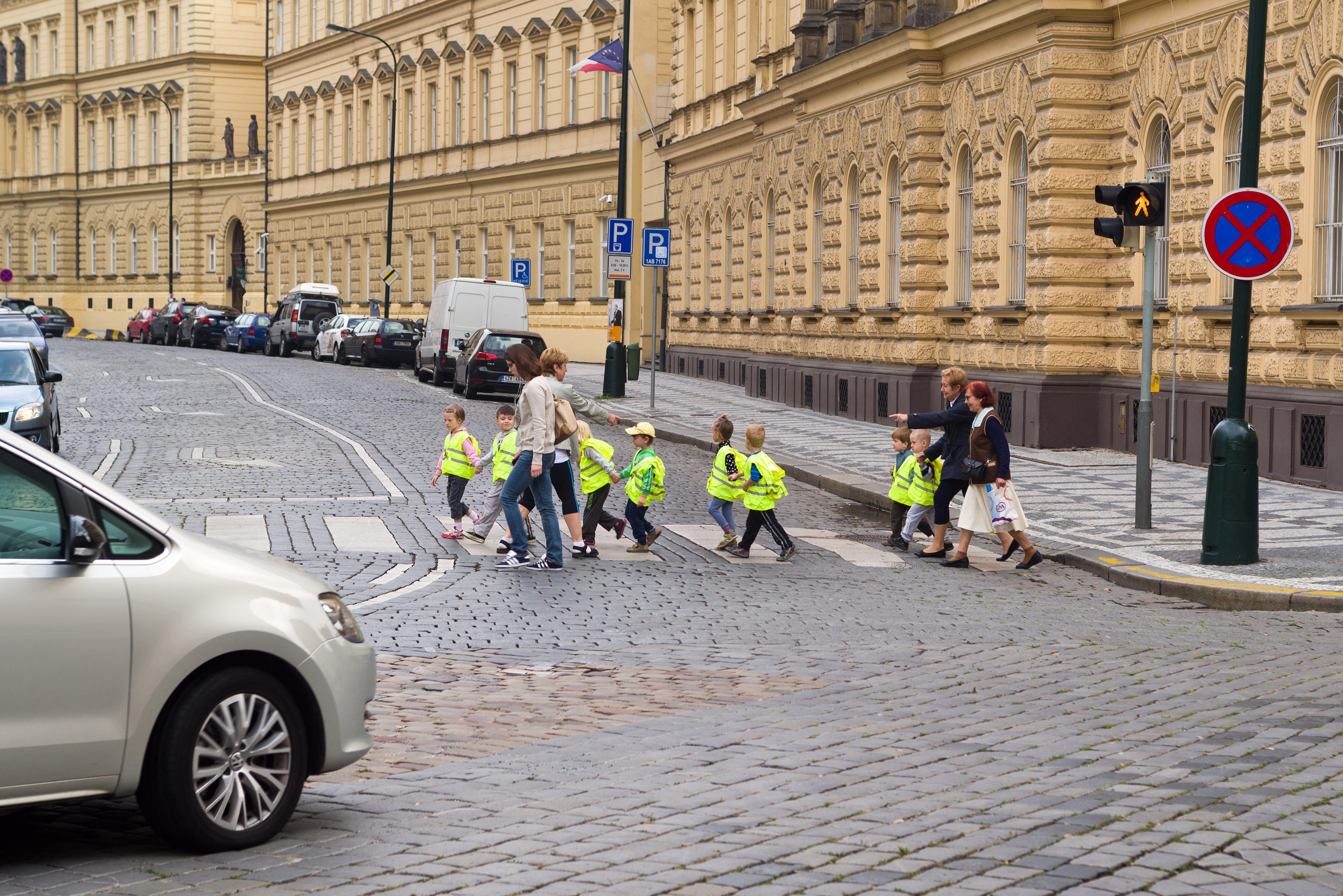 Enfants traversent sur le passage piéton