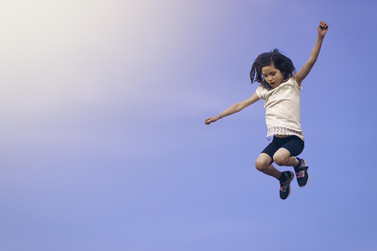 Fille sautant vers le ciel
