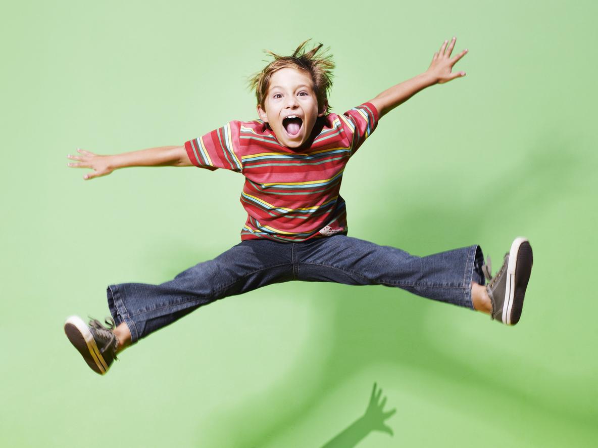 Garçon sautant de joie