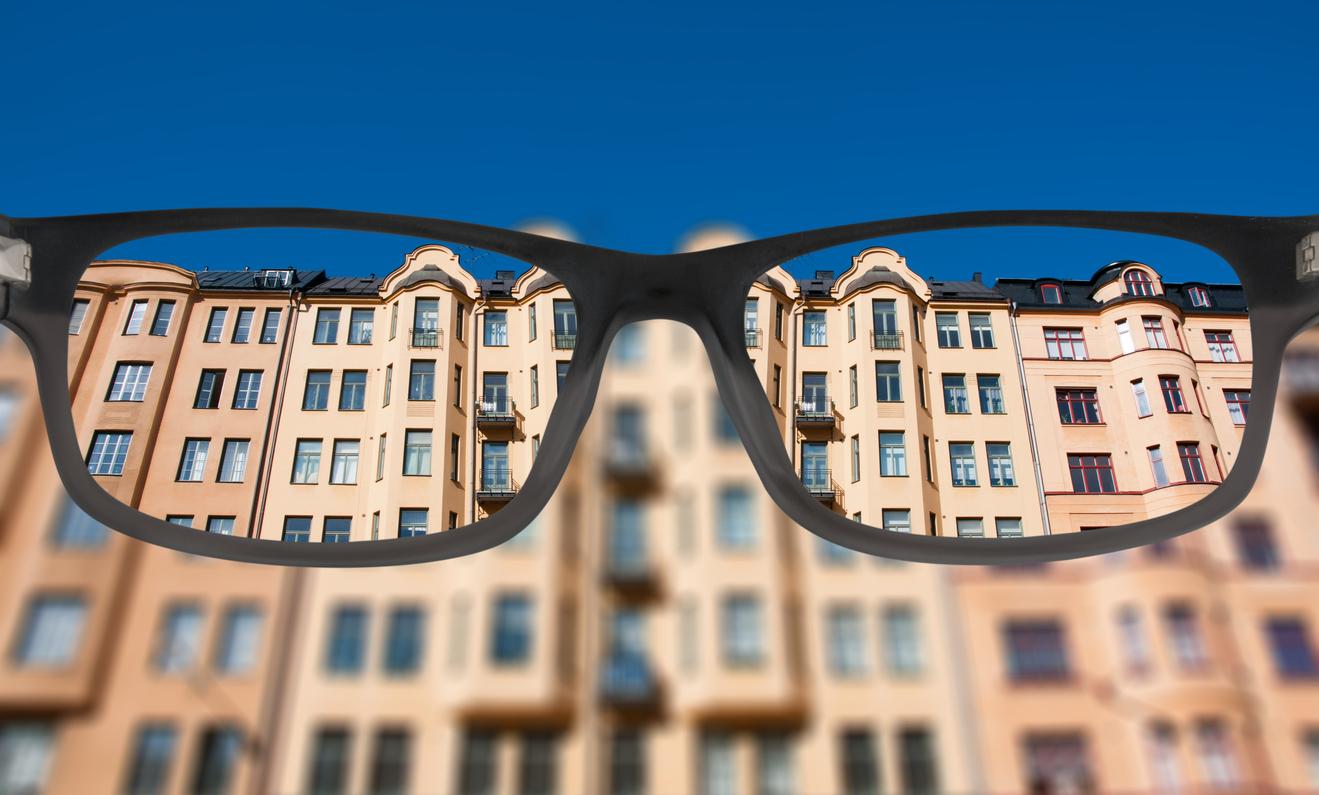 Vue d'un immeuble à travers des lunettes