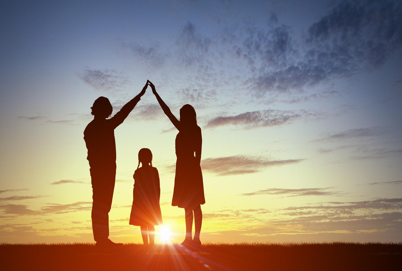 Famille face au coucher de soleil