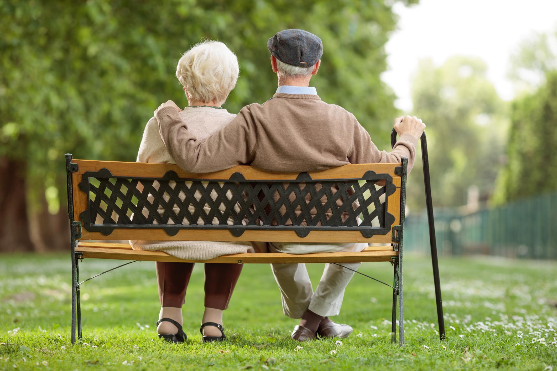 Couple retraité sur un banc public