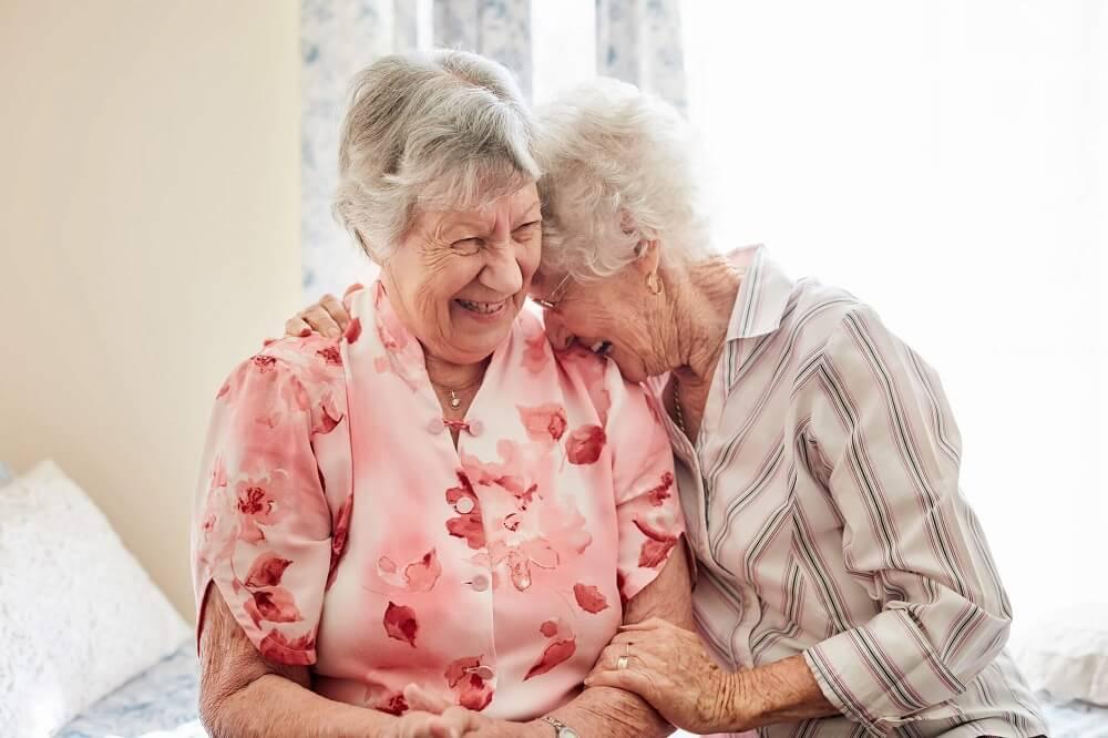 Femmes retraités sourient