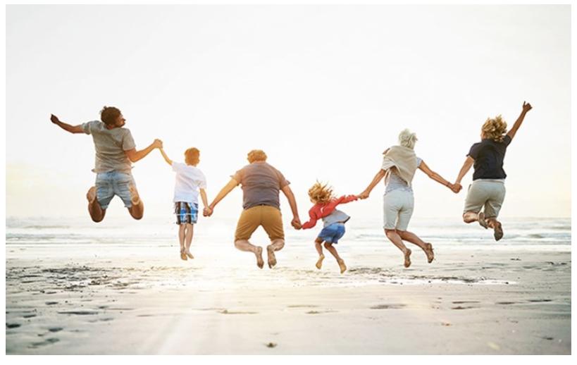 Famille sautant sur la plage