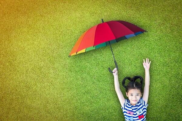 Petite fille allongée sur l'herbe